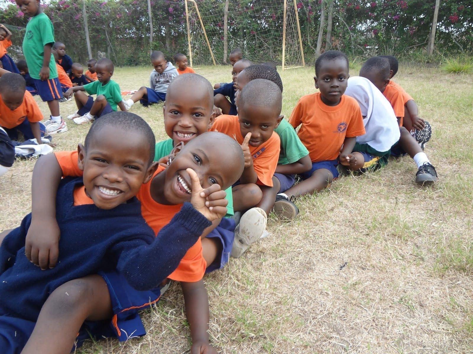 Kinderhilfswerk Tuwapende Watoto - Die Schulkinder freuen sich